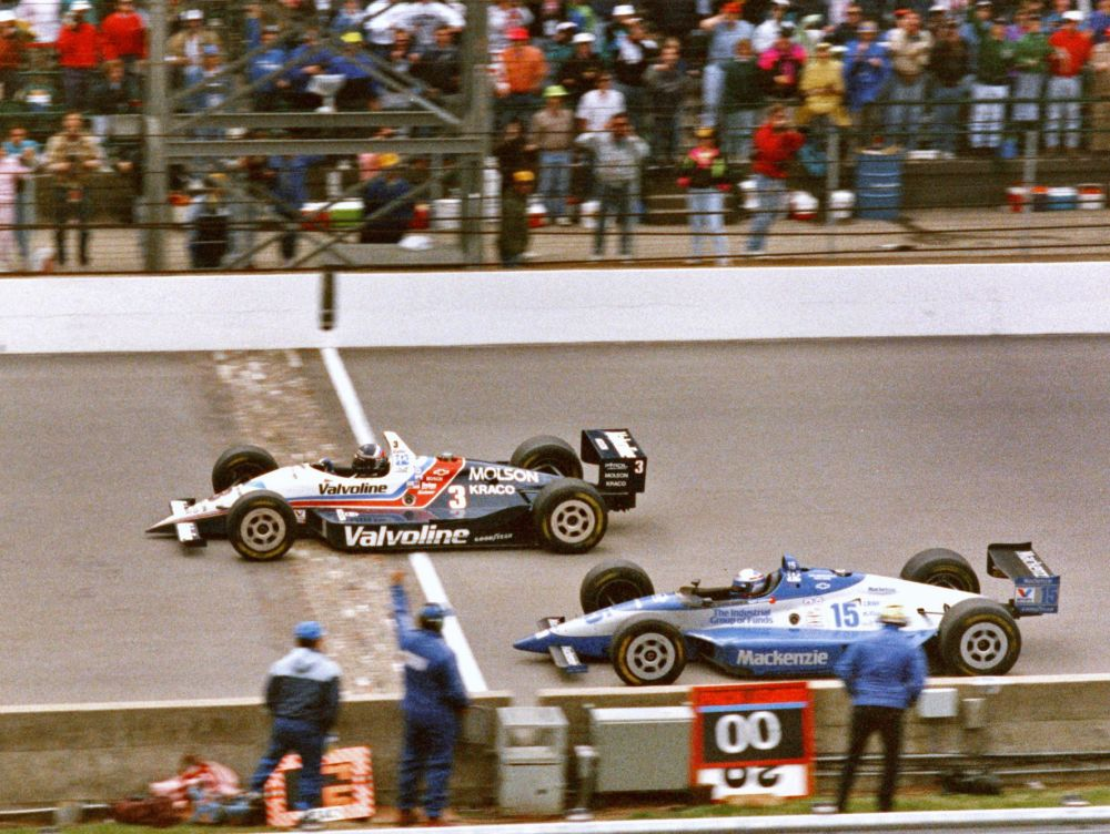 Al Unser nips Scott Goodyear at the finish line to take the 1992 Indianapolis 500.
